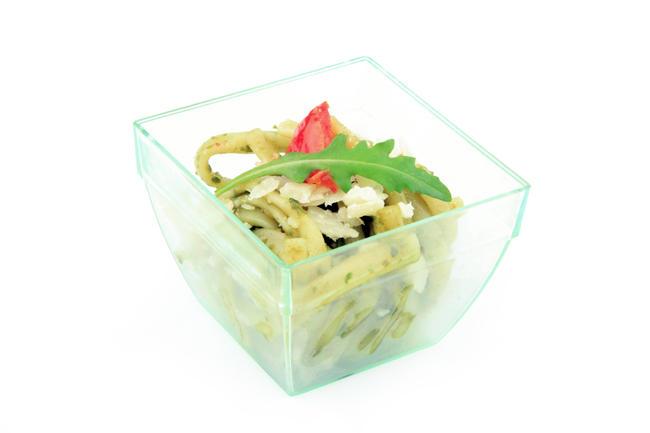 Linguini met verse pesto, olijfschijfjes en parmesanschilfers