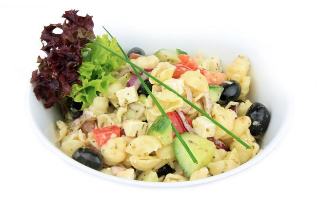 Pastasalade met zwarte olijven en feta