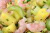 Seldersalade met scampi's en ananas